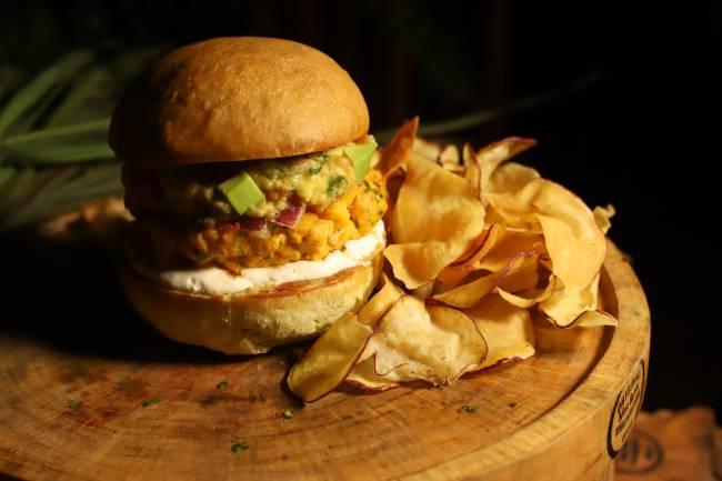 hambúrguer de camarão com guacamole