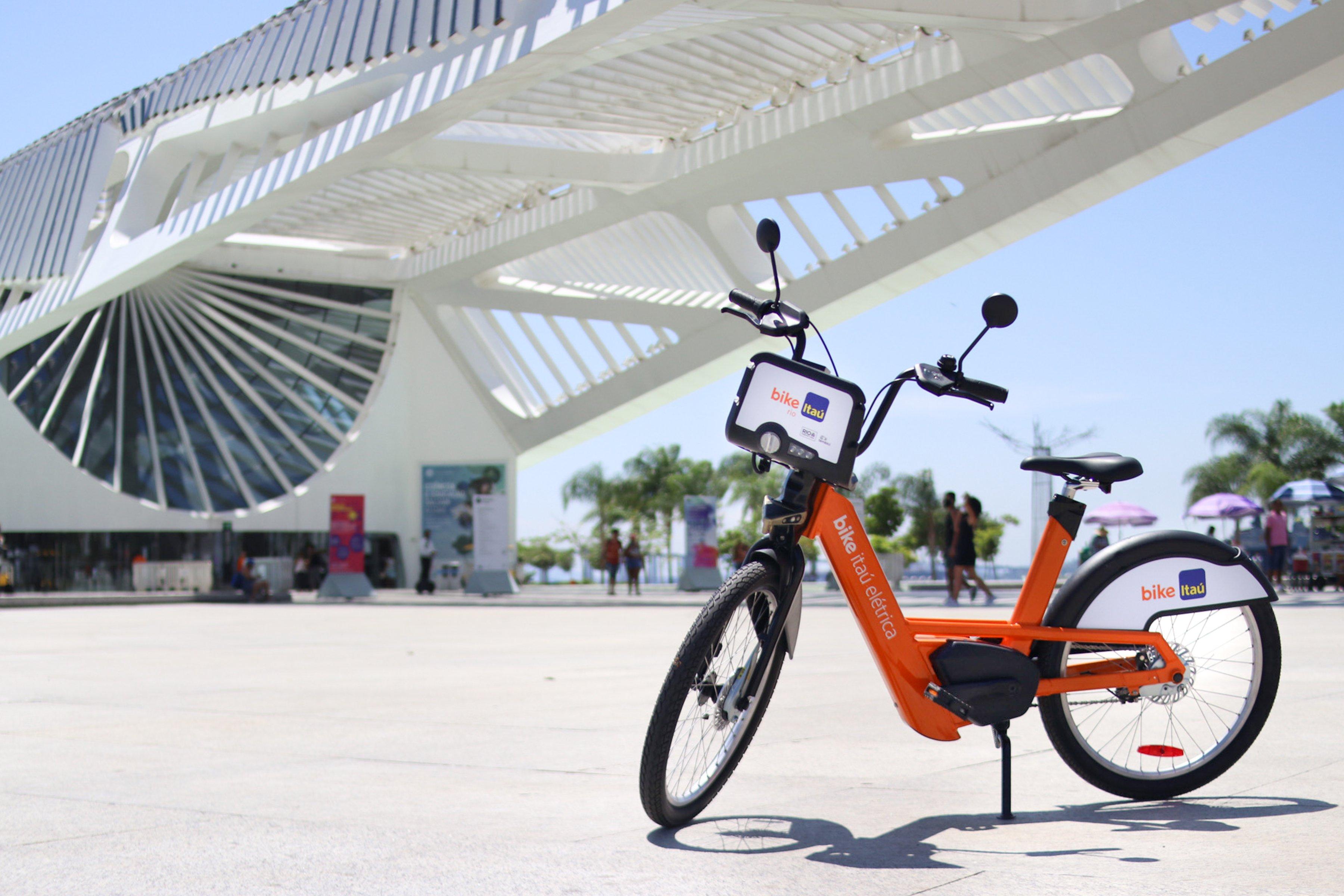Bicicleta elétrica do Itaú estacionada em frente ao Museu do Amanhã