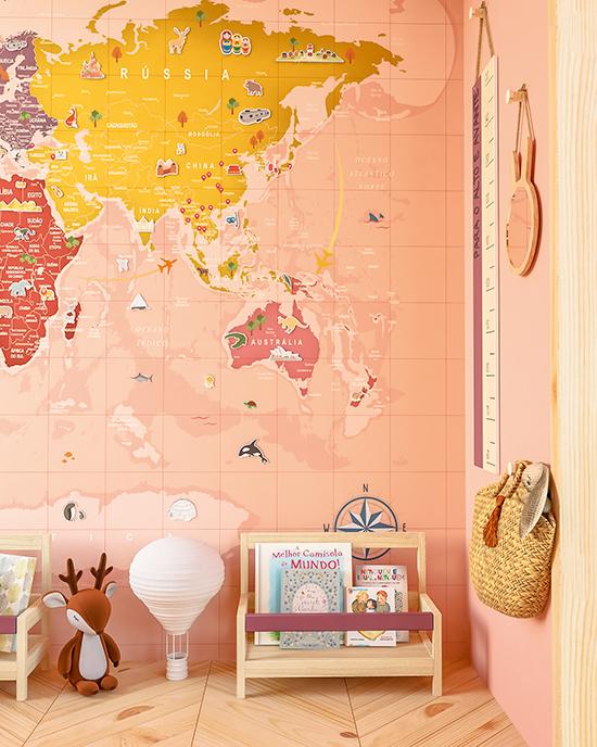 A imagem mostra um quarto com parede decorada com mapa-múndi