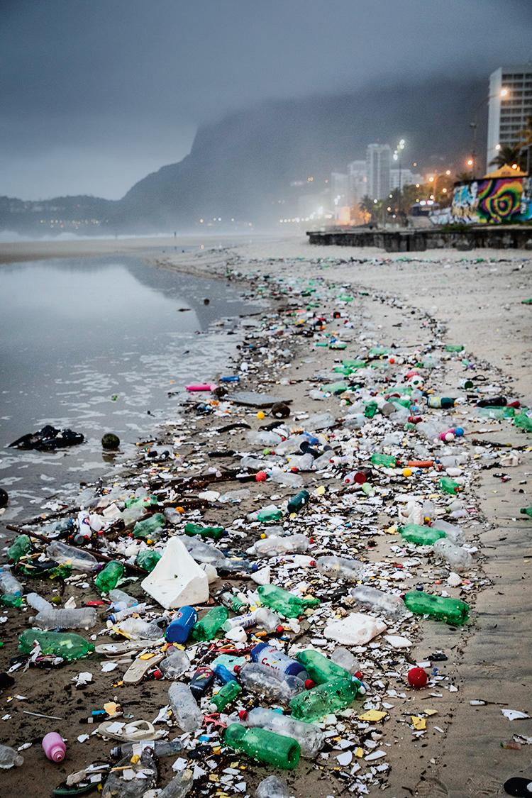 Praia poluída com resíduos descartáveis