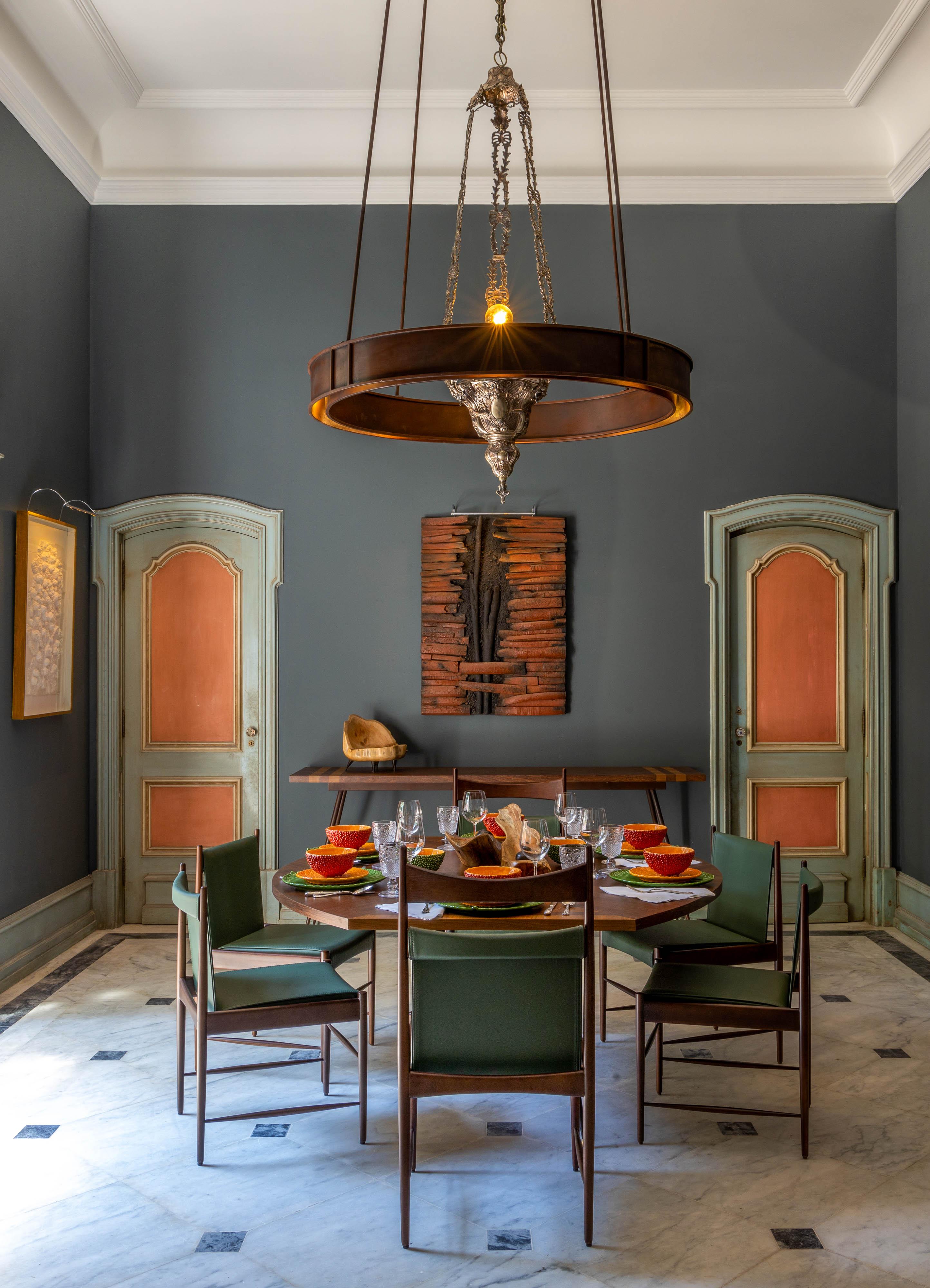 Sala de estar em tons de cinza e laranja