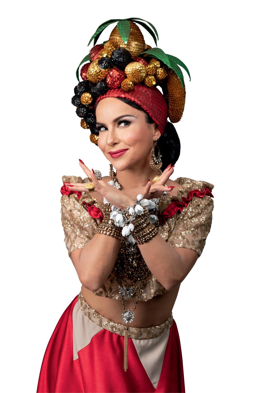 Atriz Amanda Acosta como Carmen Miranda e seu famoso turbante de frutas