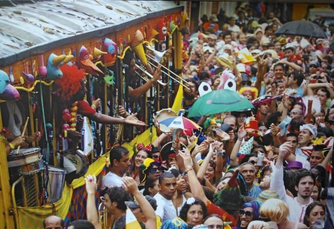 O Céu na Terra, bloco de Santa Teresa, promove três bailes, dois pré-carnavalescos, amanhã e domingo, e outro no sábado de carnaval.