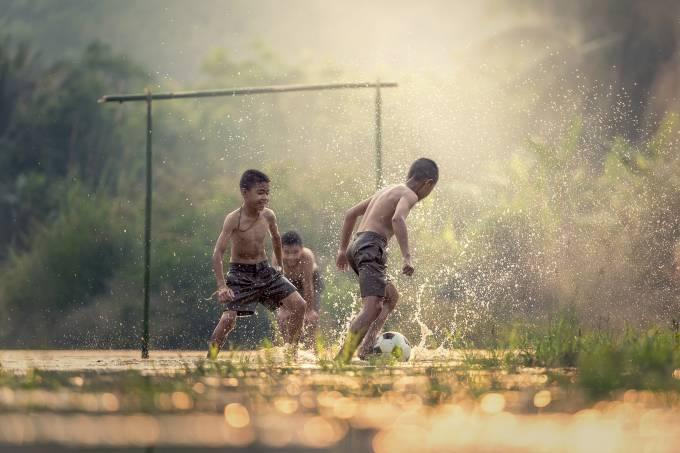 Crianças jogando bola – Pixabay – Sasin Tipchai