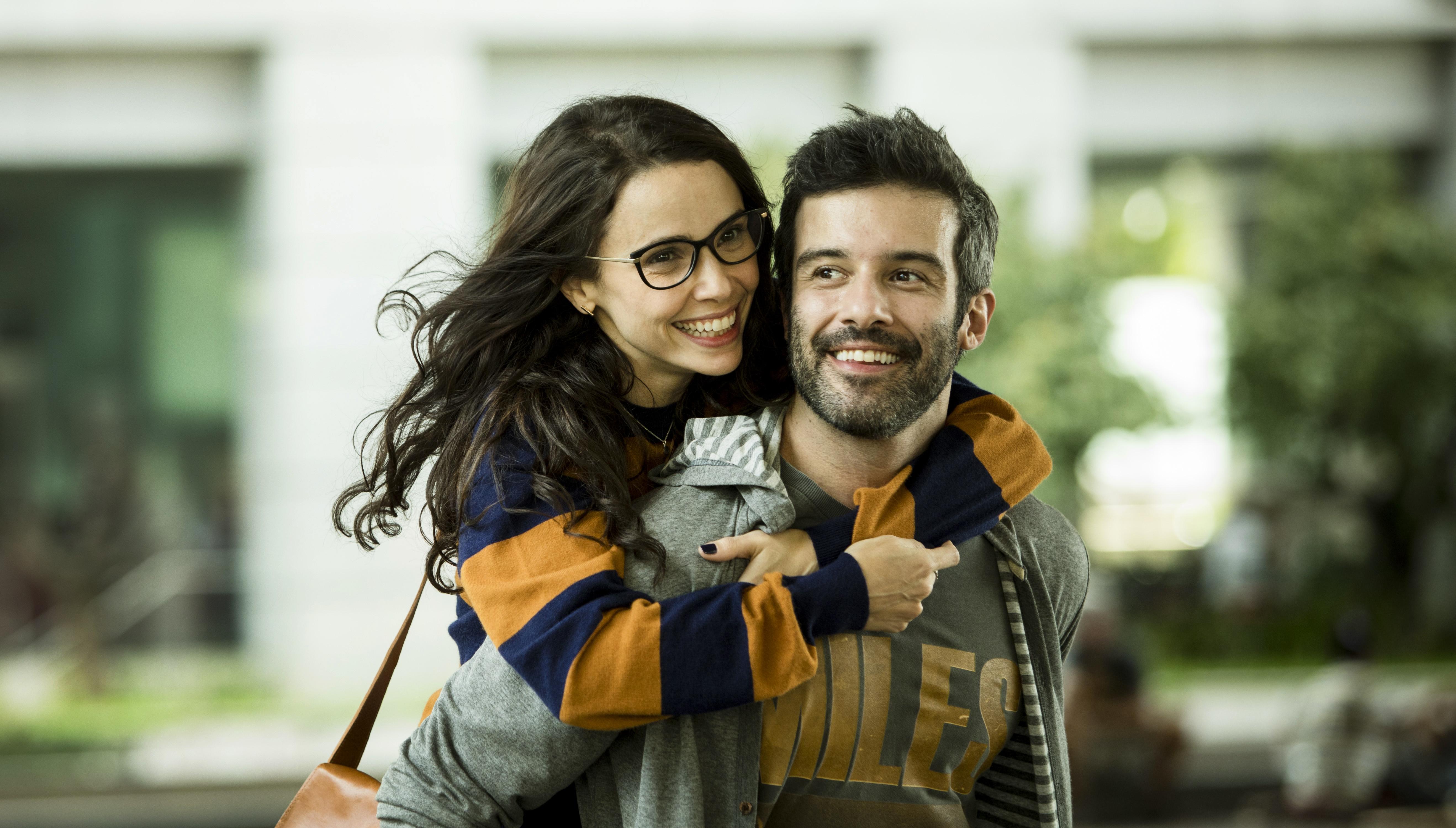 Débora Falabella abraçada a Gustavo Vaz