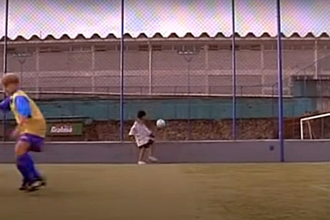 Menino controla a bola em escolinha
