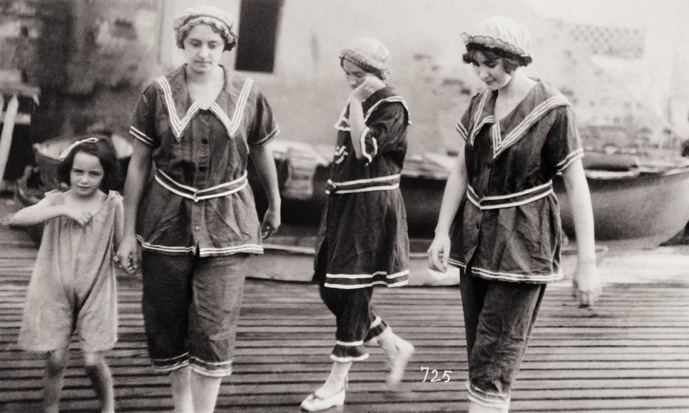 Meninas vestidas de roupinha de marinheiras