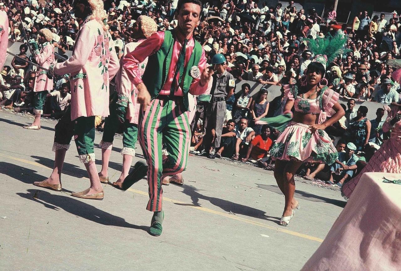 Hélio Oiticica como passista da Mangueira, c. 1965-1966. Foto Claudio Oiticica/Projeto HO