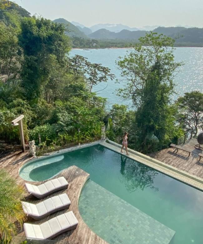 A piscina da casa, com essa vista hipnotizante de Paraty Mirim