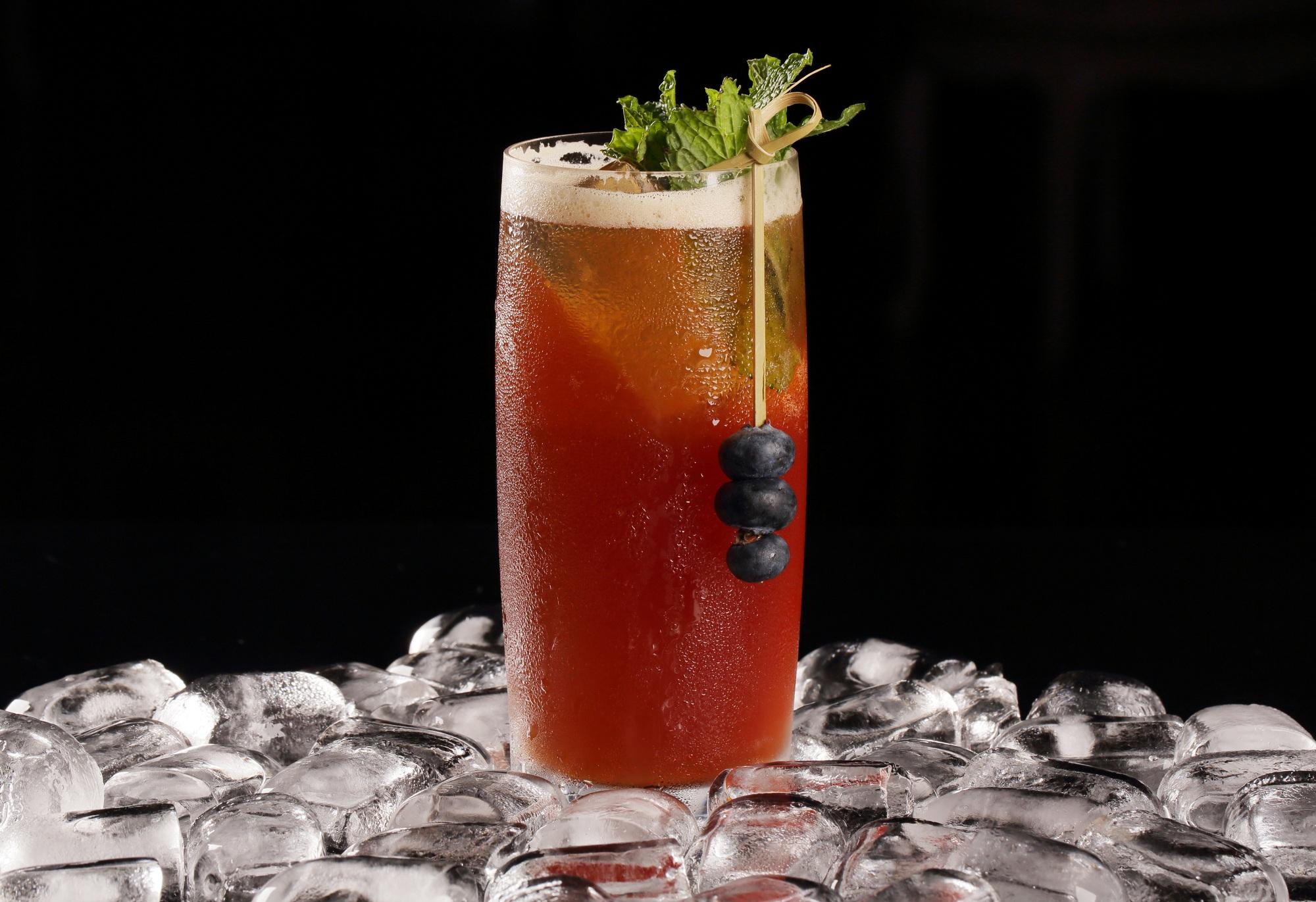 drinque vermelho em copo longo