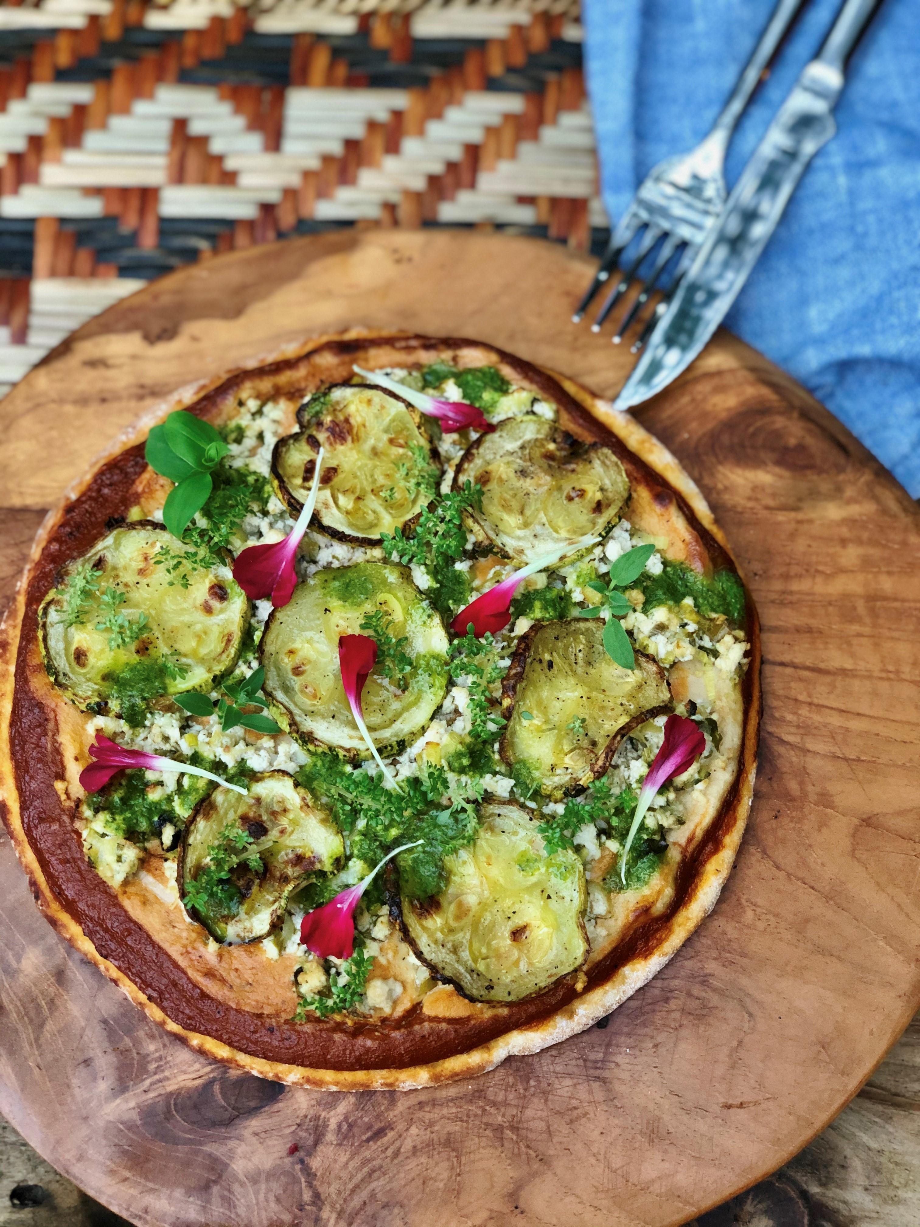 Pizza de abobrinha sobre tábua de madeira
