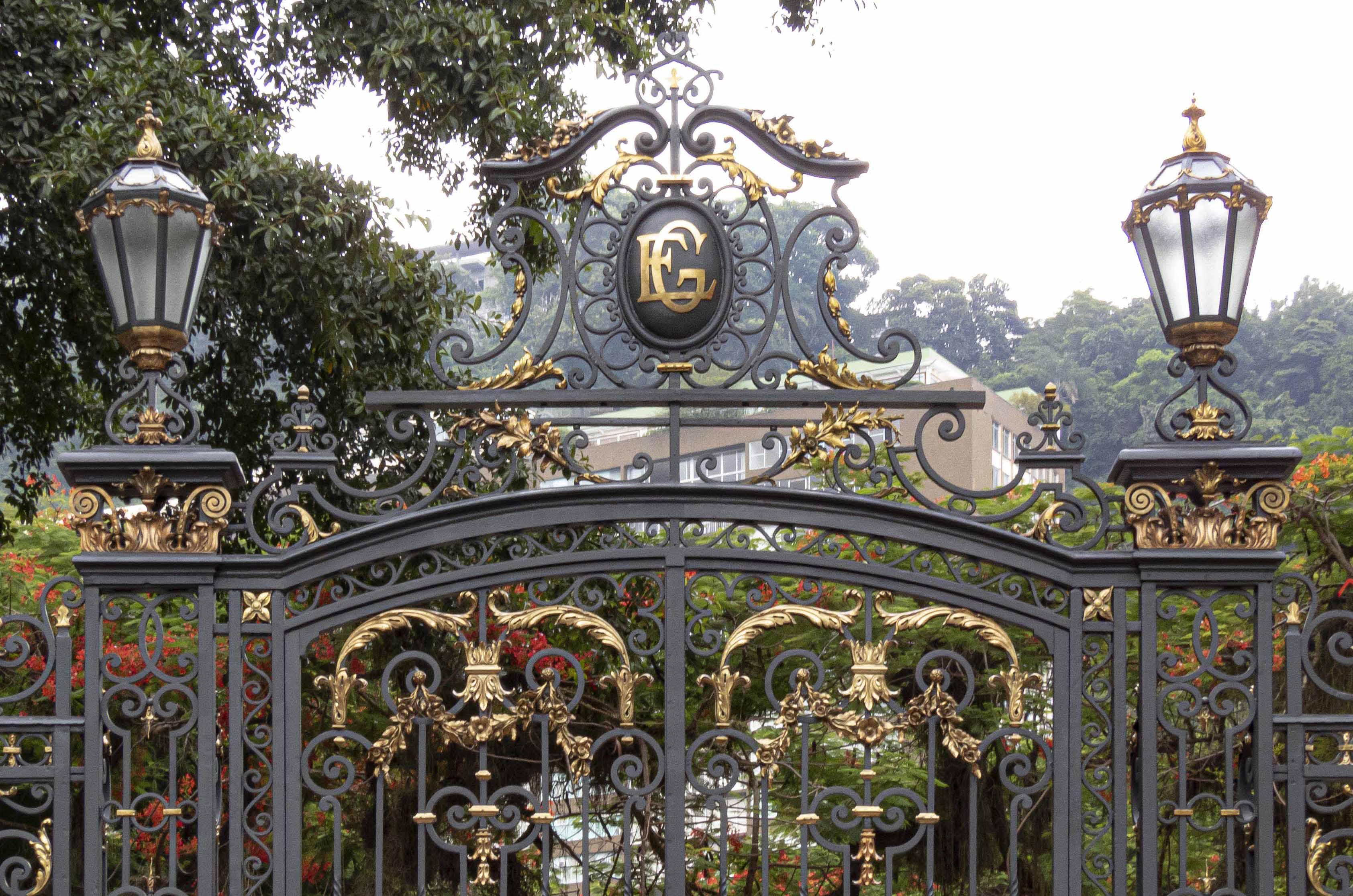 Detalhes do portão de ferro e bronze