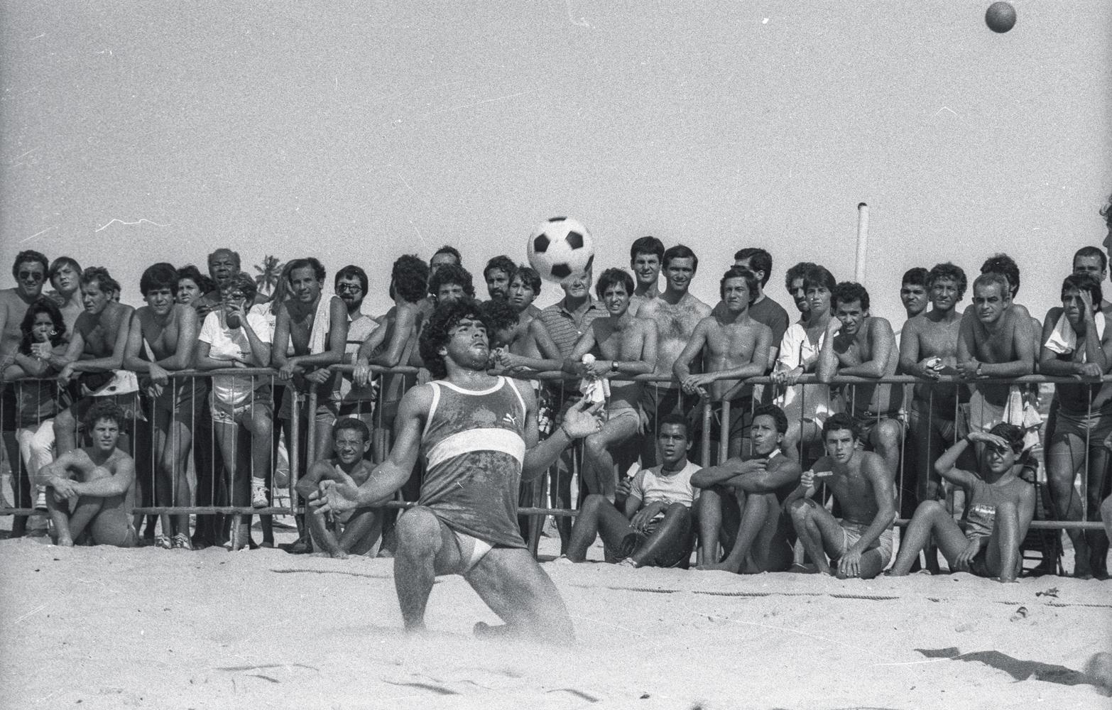 Maradona joga futevôlei e multidão assiste