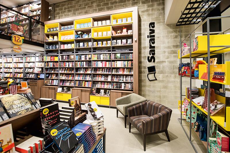 Livraria Saraiva com prateleiras apinhadas de livros e poltronas confortaveis