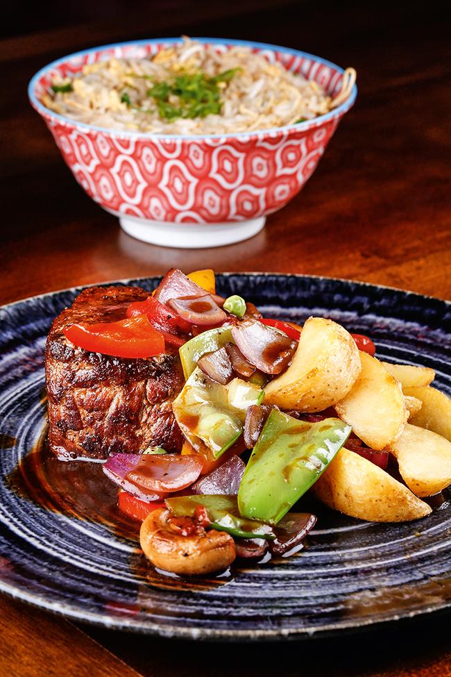 A imagem mostra lomo chifa, com filé-mignon, legumes e molhos típicos