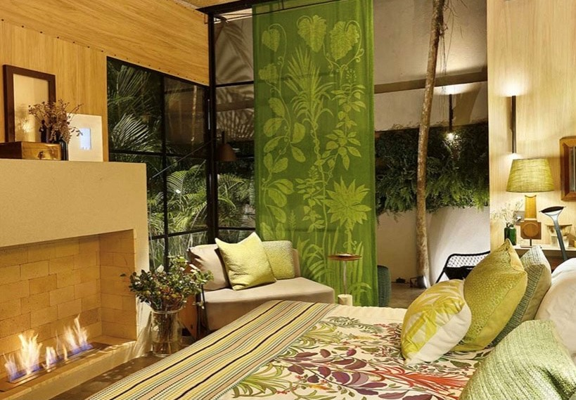 imagem mostra uma cortina estampada na cor verde.