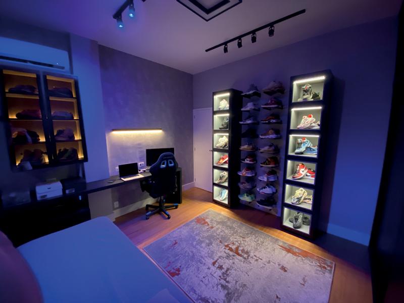 A imagem mostra o quarto após decoração com móvel que abriga os sapatos