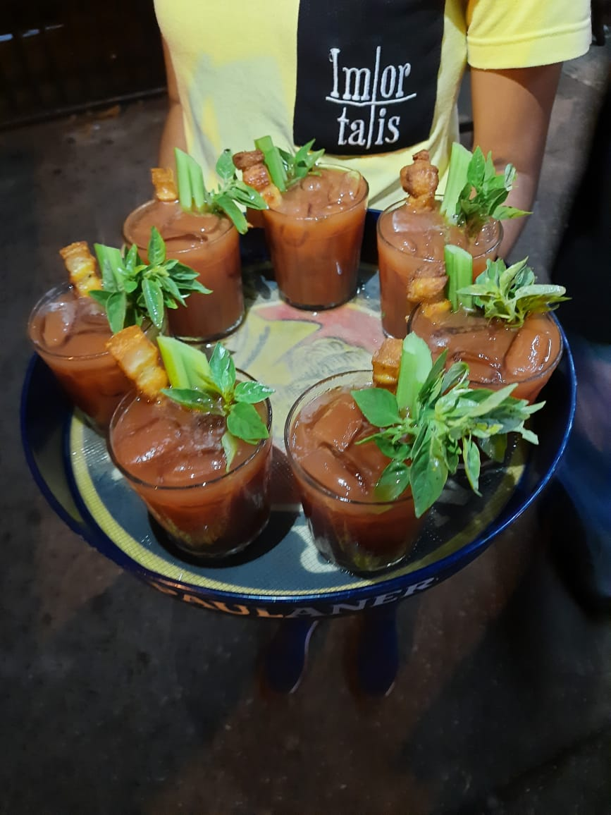 Os Bloody Marys do Imortais, com torresmo ao lado do aipo: saúde e sustança.