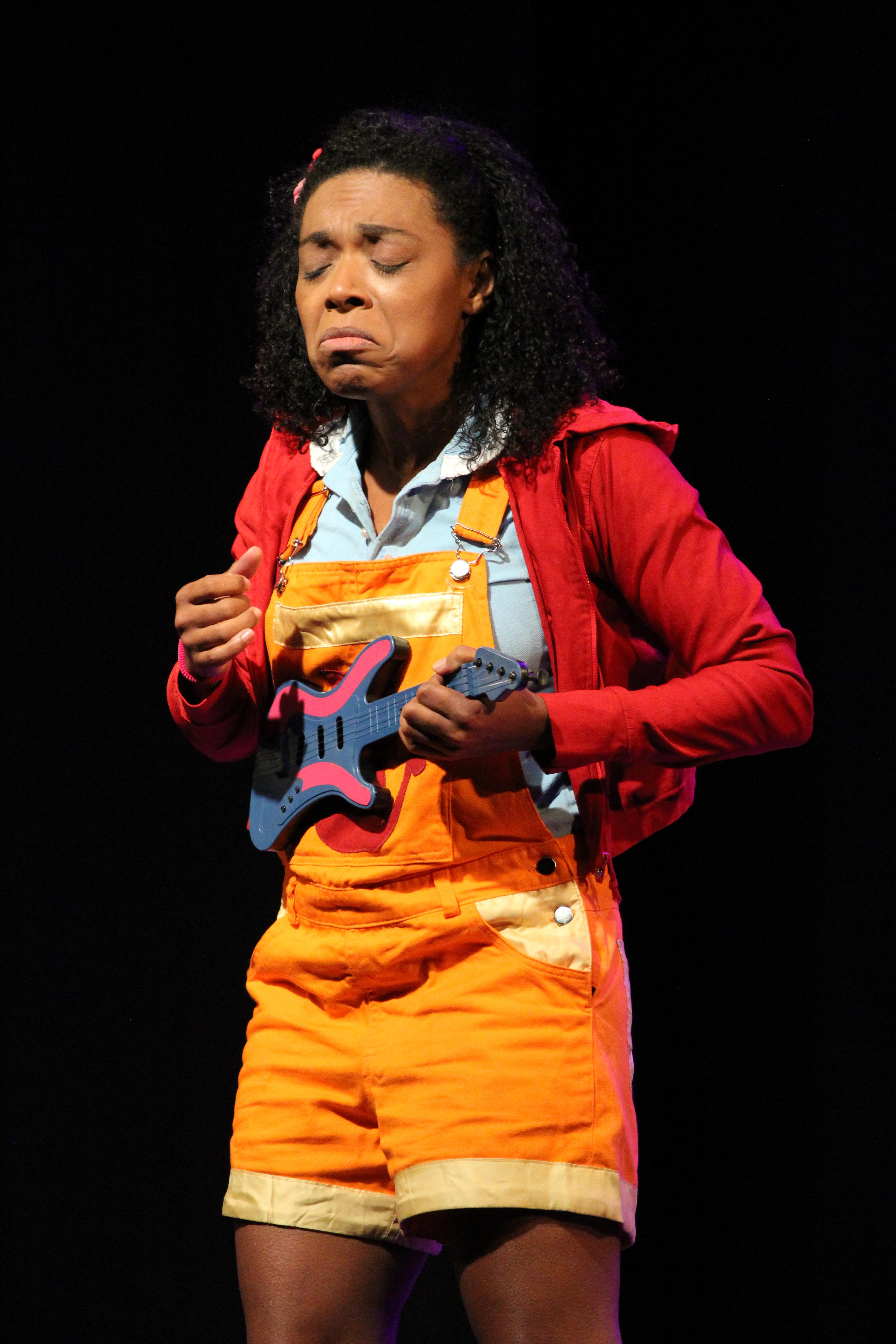 Atriz Vilma Melo interpreta criança na peça Marrom - Nem Preto Nem Branco?