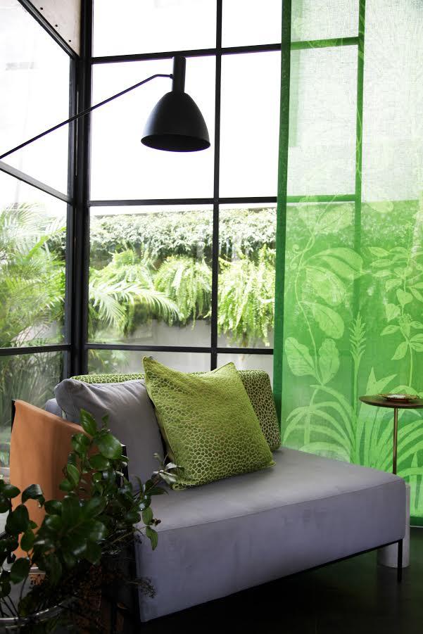 imagem mostra cortina estampada na cor verde