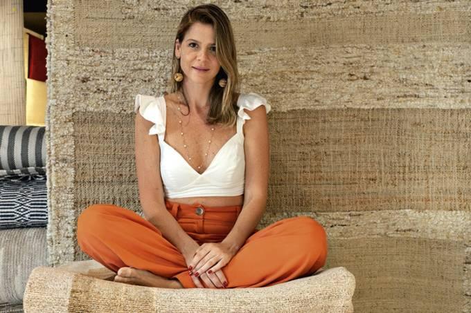 A-empresária-Larissa-Allemand-e-a-coleção-de-tapetes-indianos-artesanais-Summer-Feelings-no-novo-showroom-da-GLAERIA-HATHI,-no-CasaShopping-_-foto-1.jpg