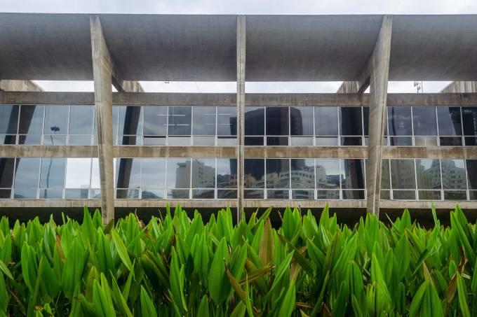 [Arquitetura] Fachada do MAM com vegetação (1) – Foto Fabio Souza