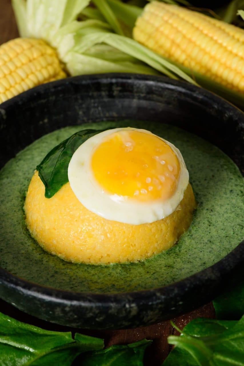 Cuscuz com ovo e creme de espinafre