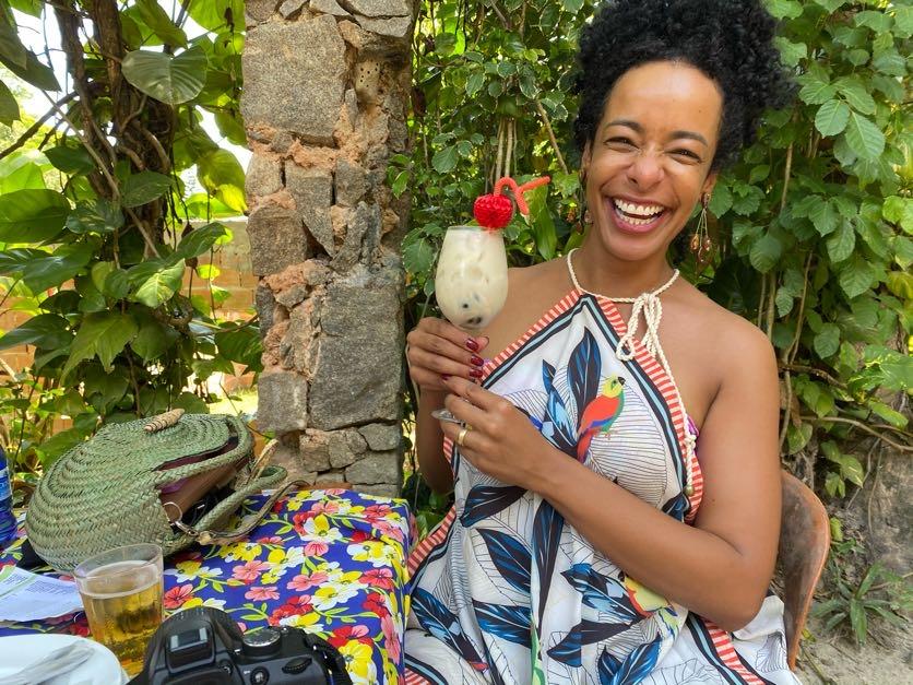 Alinne com um drinque feito com fruta-do-conde pelo haitiano Vlad.