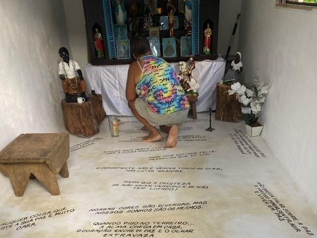 A pequena capela com o altar do terreiro de Umbanda de Astrogilda, Maria reverencia a avó.