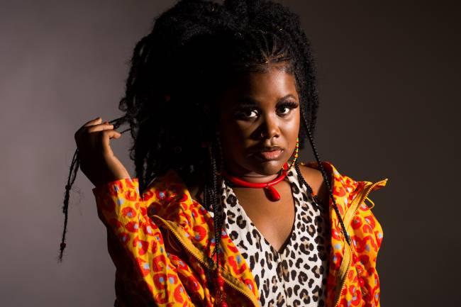 Luciane Dom traz seu clima enérgico para o palco e seu estilo, que reúne música brasileira com reggae, sons do candomblé e sua visão moderna do jazz.