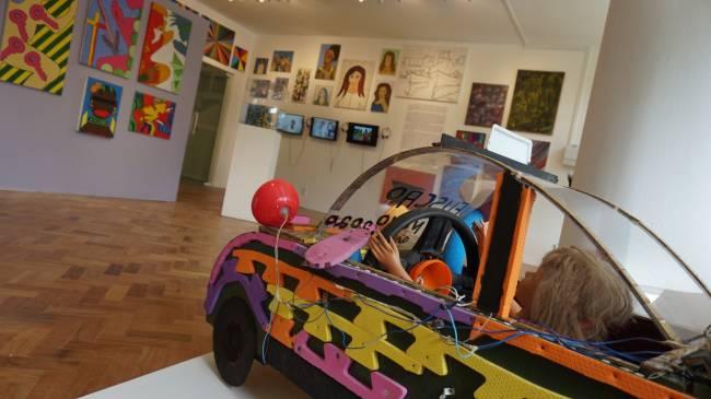 A exposição apresenta obras de diversos artistas que já passaram por lá.