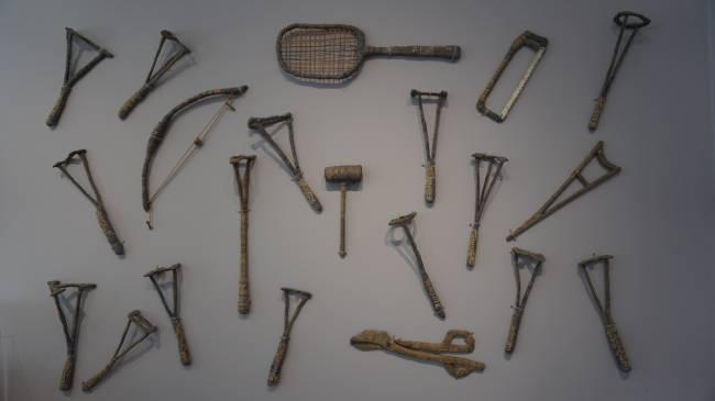 As orfas - obra de Bispo do Rosario, com ferramentas que ele produziu a partir da linha do uniforme dos internos que ele desfiava (objetos revestido por fio azul).