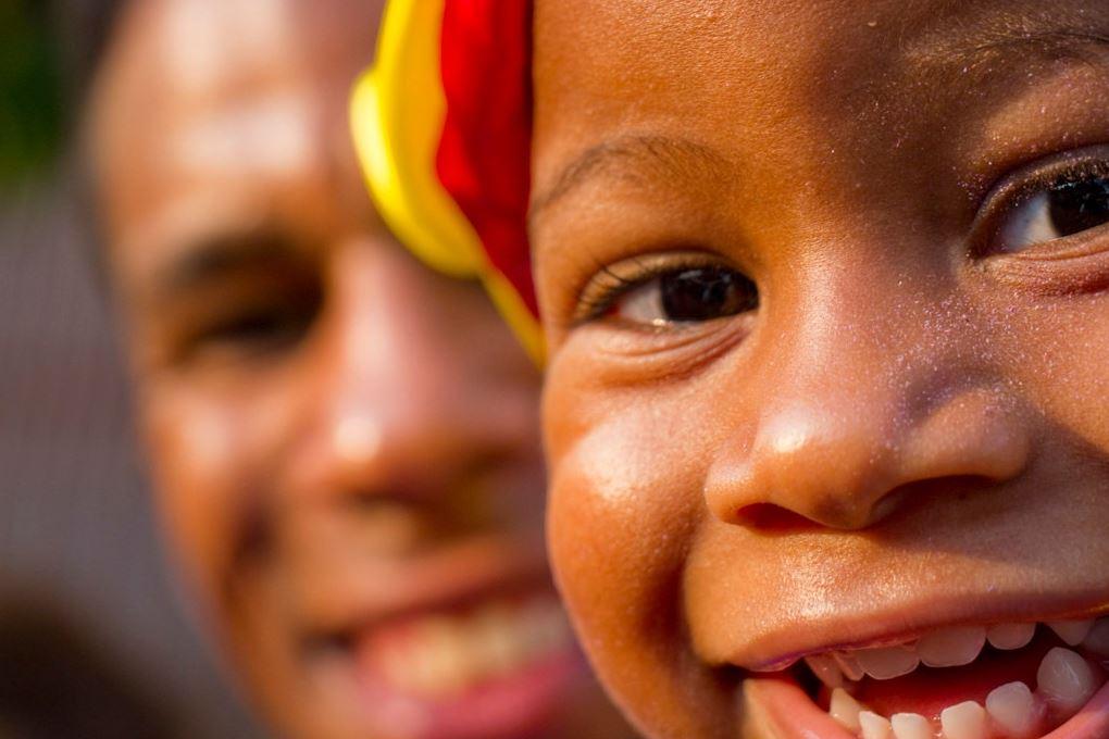 Foto de uma criança negra rindo