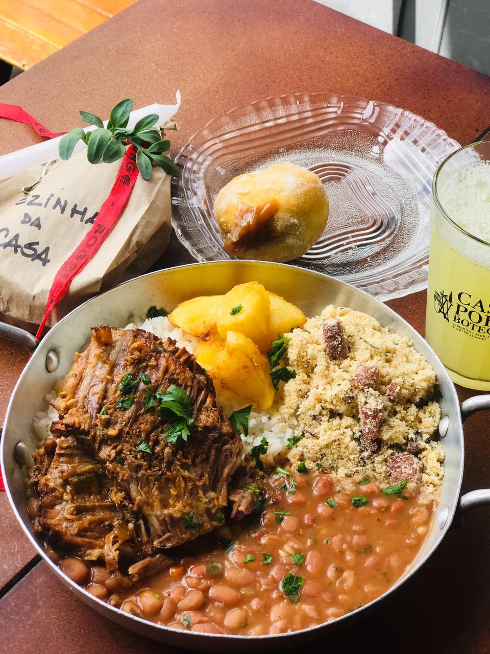 Prato com farofa, arroz, feijão, carne