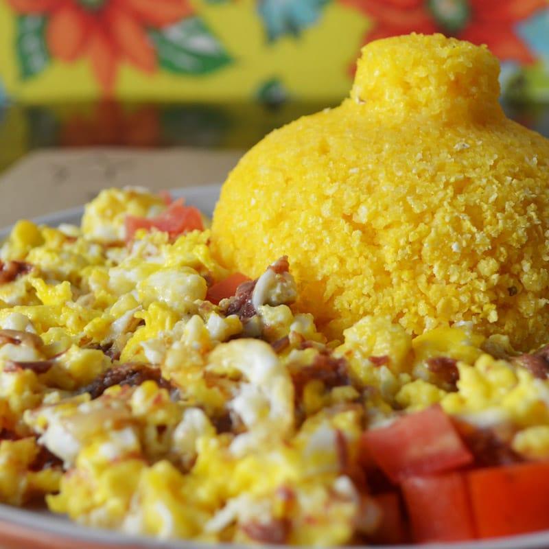 cuscuz com ovo mexido e carne-seca