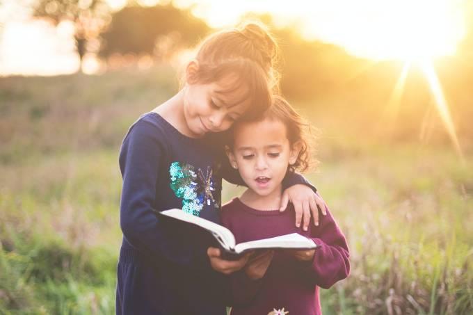 crianças livro lendo leitura