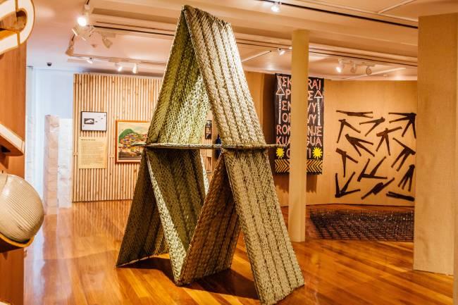 Vista da mostra, com trabalho de Martha Niklaus em primeiro plano e obras de Xadalu e José Rufino (direita) ao fundo