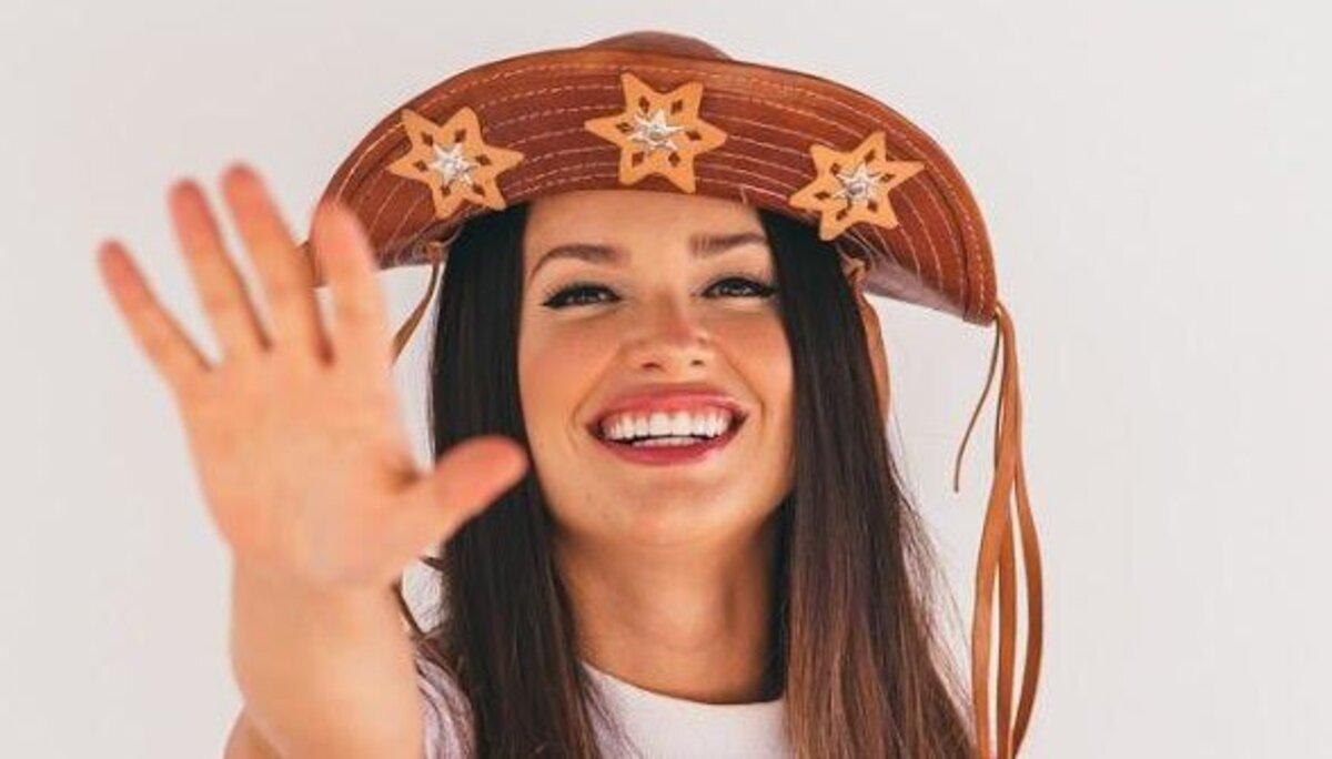 A imagem mostra a imagem de Juliette Freire, participante do BBB 21, com chapéu de cangaceira