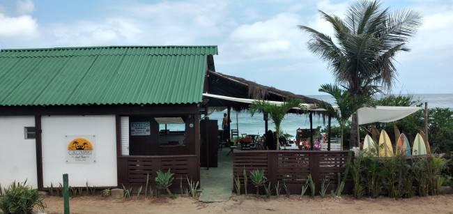 O Grumari Surf Bar oferece aluguel de pranchas, aula de surf, briquedoteca, além dos eventos de música que foram interrompidos com a pandemia.