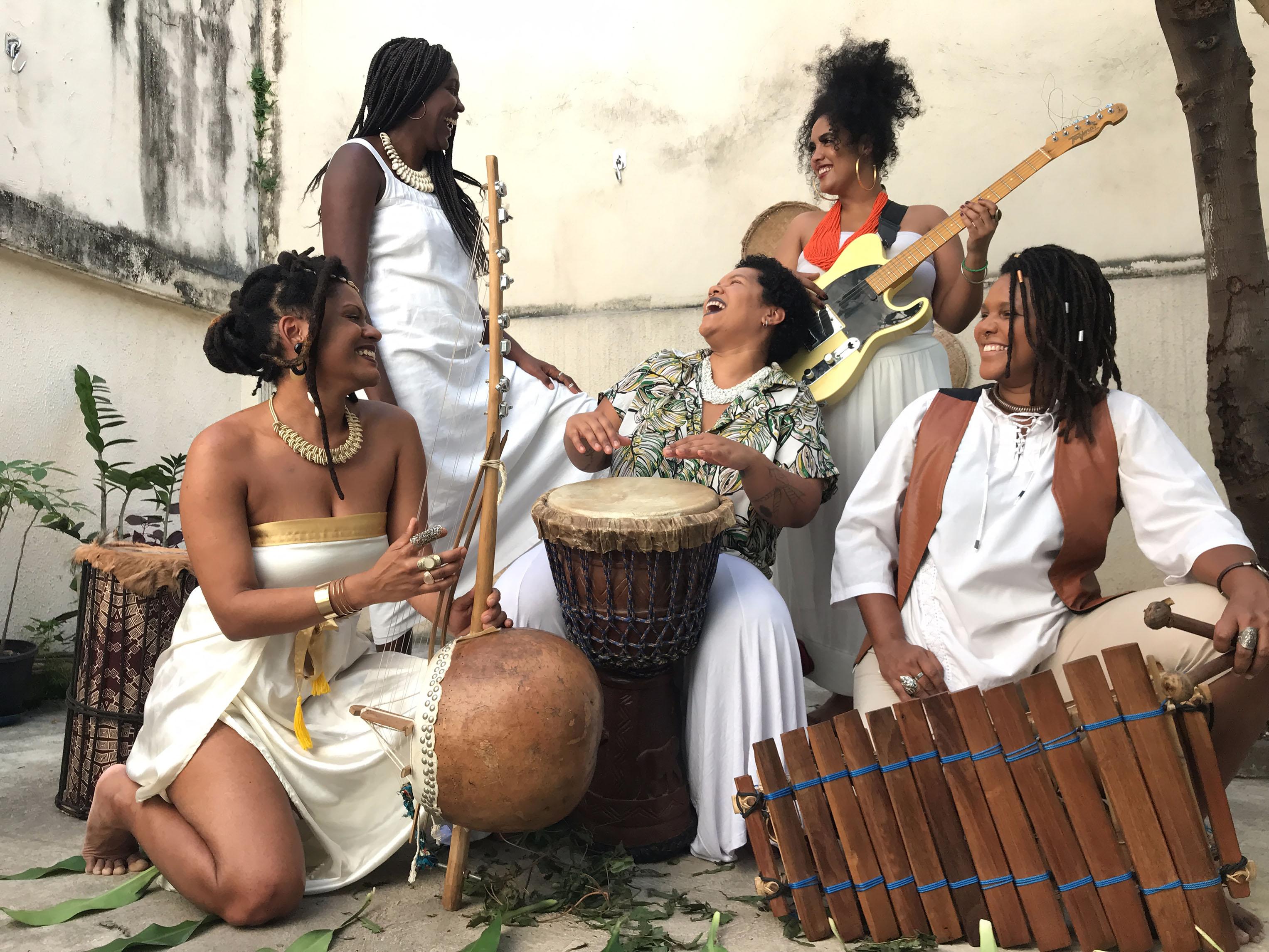 Mulheres que integram o grupo Dembaia