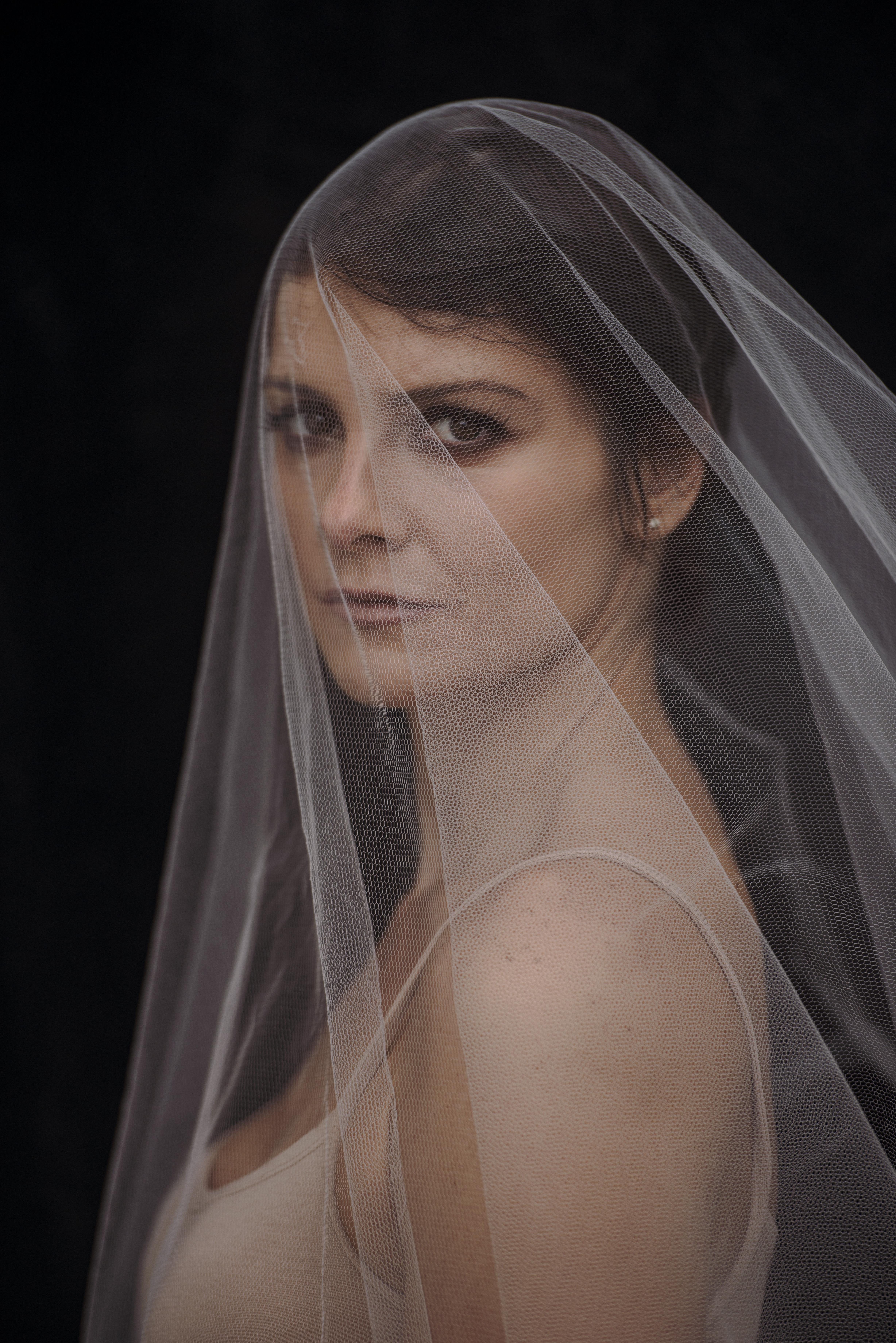 Carolina Chalita com um véu sobre o rosto