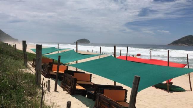 Os lounges na areia, drinques incríveis e música da melhor qualidade fazem a gente não querer sai de lá.