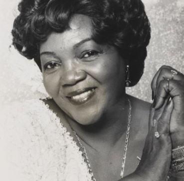 Foto em preto e branco da cantora Ivone Lara sorrindo