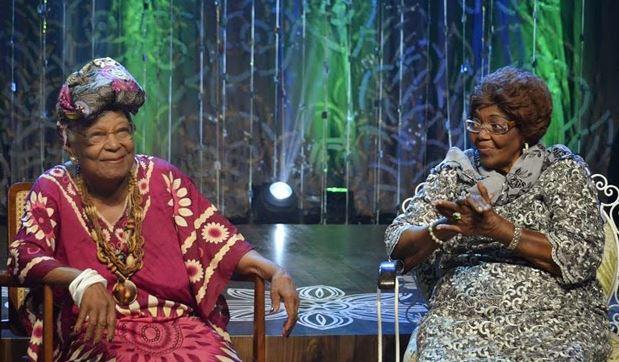 Foto do encontro musical entre Dona Ivone Lara e Tia Maria do Jongo