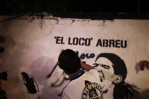Imagem de Loco Abreu pintada no muro
