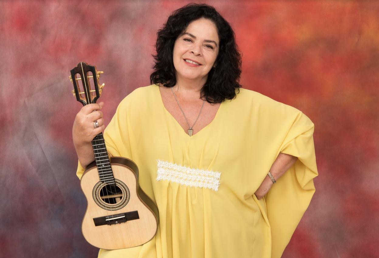 Música Luciana Rabello segurando seu cavaquinho