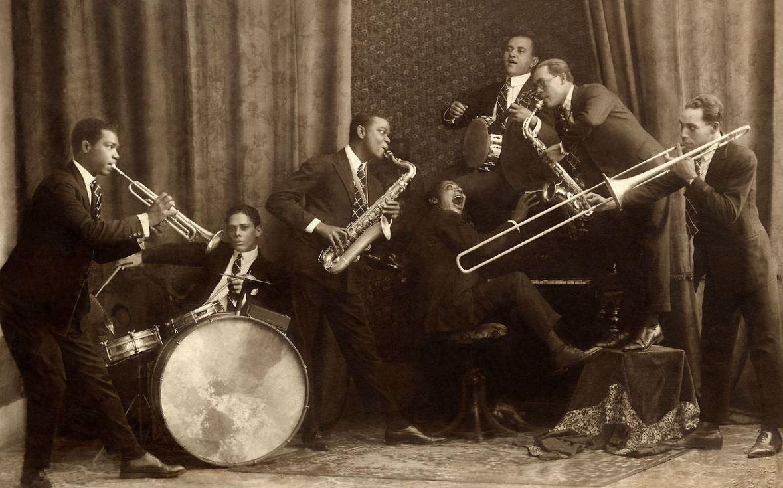 Foto em preto e branco dos musicos conhecidos como Oito Batutas
