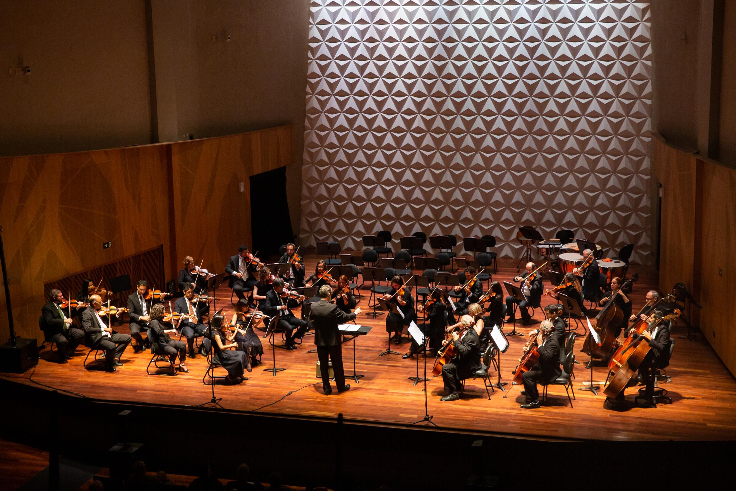 Orquestra Sinfônica da UFRJ no palco da Sala Cecilia Meireles