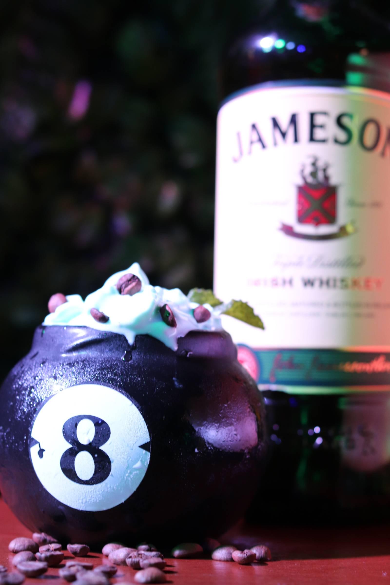 drink servido em uma bola de sinuca em formato de copo
