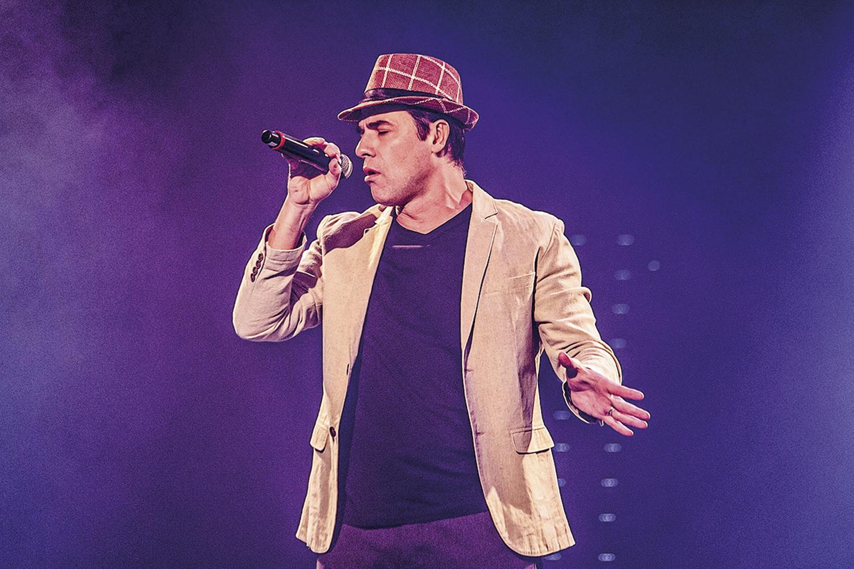 Claudio Lins, de chapéu, no palco